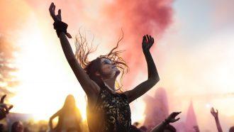 vrouw danst op festival