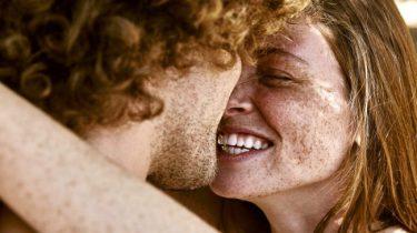 twee mensen omhelzen elkaar
