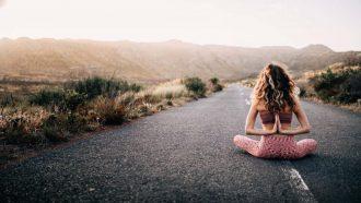 meisje doet yoga pose op straat