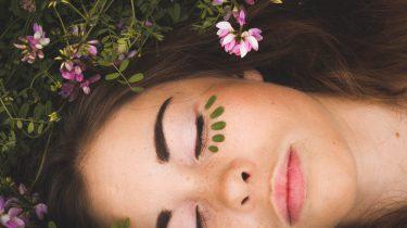meisje heeft bloemen op gezicht
