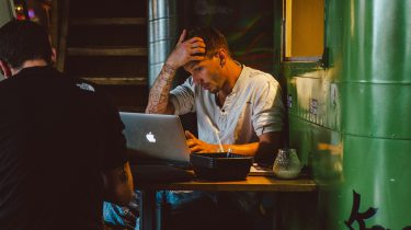 jongen op laptop