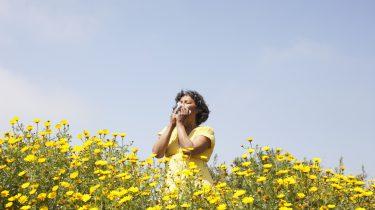 meisje niest in veld