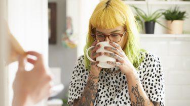 meisje drinkt koffie