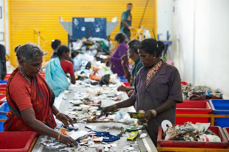 indiase vrouwen sorteren plastic