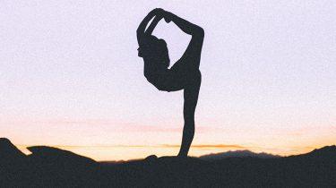 vrouw doet yoga in haarlem
