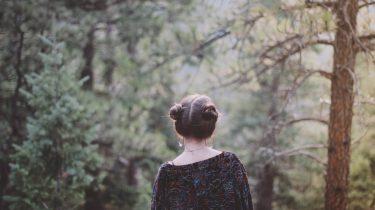 meisje loopt door bos
