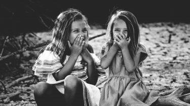 twee meisjes op stoep