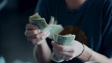 Vrouw die geld telt