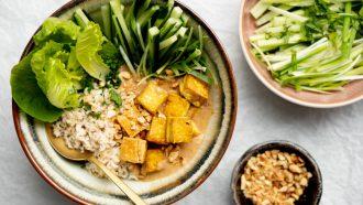 Recept vegan saté-bowl met krokante tofu 1