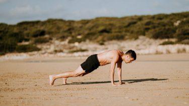 jongen op het strand push up