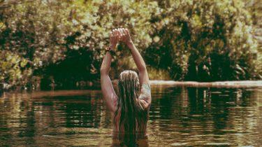 meisje aan het zwemmen