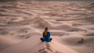 meisje in woestijn