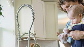 man en baby spelen met wasmiddel van seventh generation