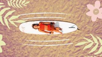 meisje die gelukkig op haar surfbord ligt