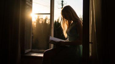 persoon die aan het lezen is