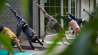 Groep mensen die Happiness yoga doen