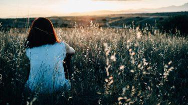 persoon die last heeft van zomereenzaamheid