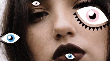 vrouw met donkere make-up op
