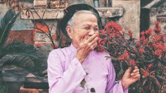 vrouw lacht door dopamine aanmaak