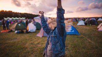 meisje danst op festival