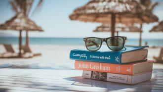 boeken op tafel op het strand in juli