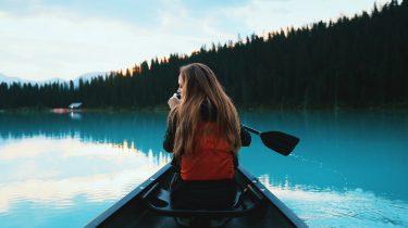 meisje in kayak