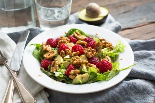Afbeelding van frambozensalade met walnoten vegan keto