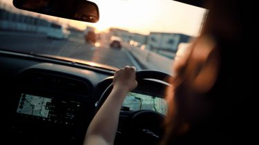 rij-angst meisje rijdt auto