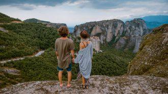 jongen en meisje op een berg
