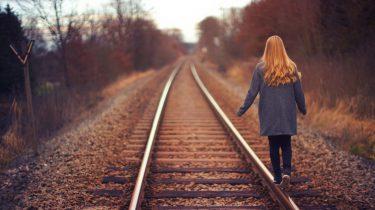 meisje loopt weg op trein