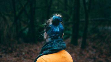meisje kijkt naar bos