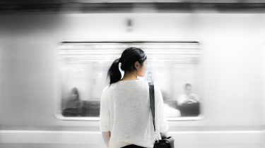 vrouw gaat met de metro