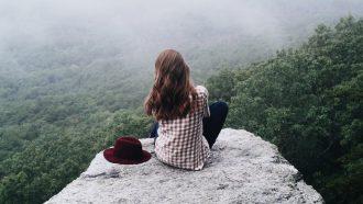introvert meisje alleen op rots