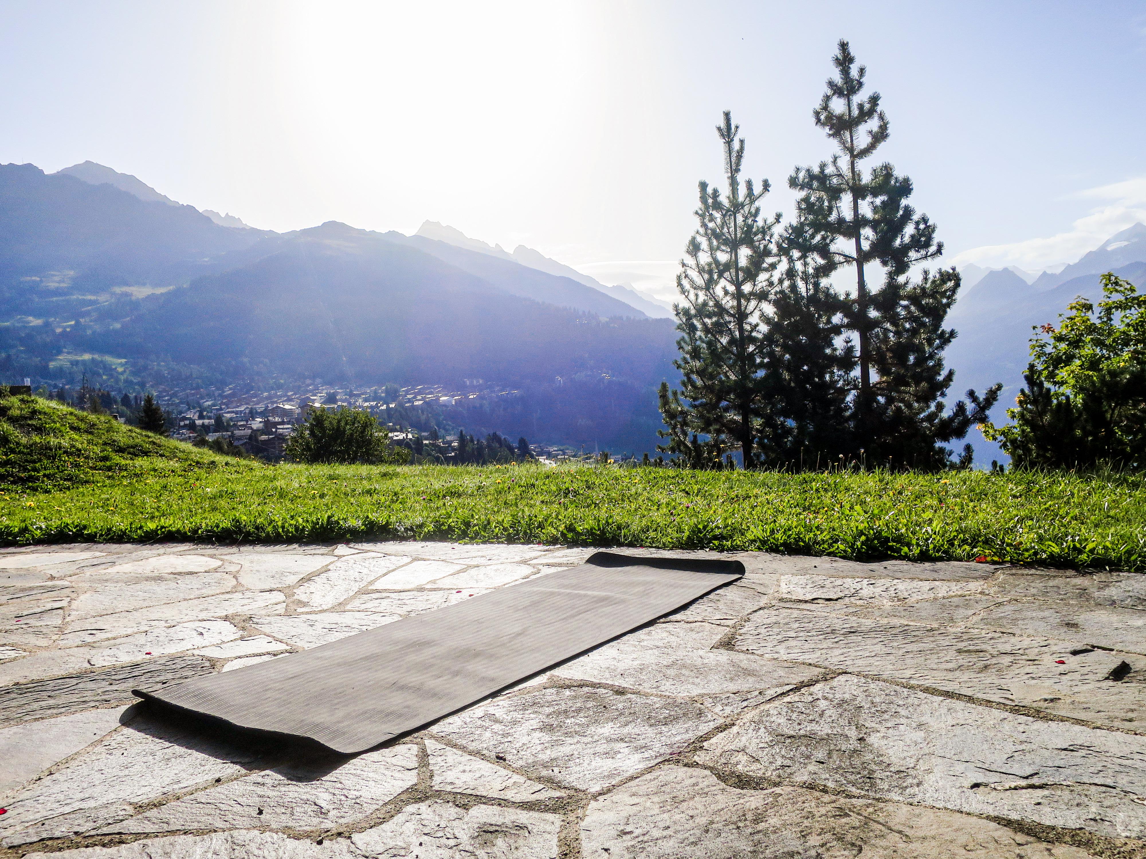 Yogamat in de bergen