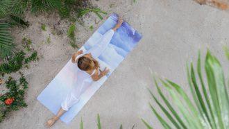vrouw op eco-vriendelijke yogamat