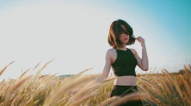 meisje in veld met graan