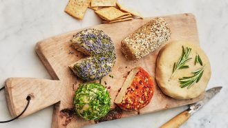 Borrelplank met vegan kaas