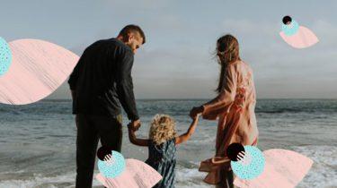 ouders met kind op strand