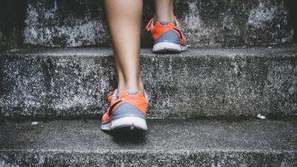 persoon loopt op trap