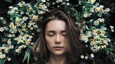 vrouw met slaap te midden van bloemen en wordt creatiever