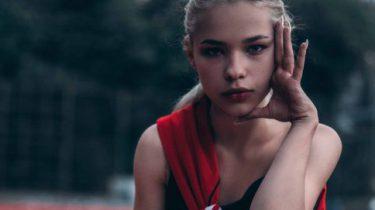 meisje op tennisbaan
