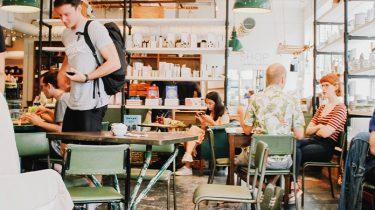 millennials werken in cafe