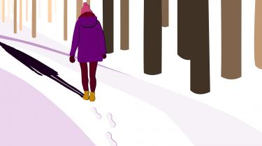 vrouw die gaat wandelen in de kou