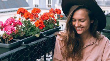 meisje op Frans balkon