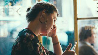 meisje luistert met oortjes in