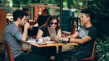 drie personen met meer autonomie op werk tegen burn-outs
