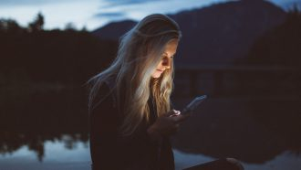 meisje kijkt op social media