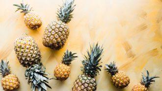 ananassen op een gouden achtergrond