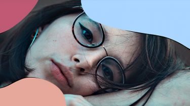meisje met bril kijkt sip