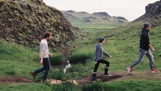 mannen lopen door natuur